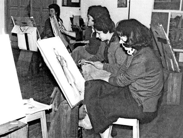 El estudio de la Asociación. Años sesenta. En medio, Vitxori Sanz y al fondo Laura Esteve