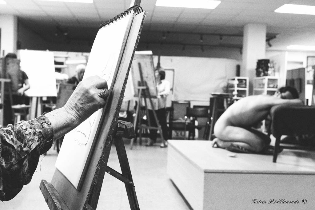 Taller de dibujo con modelo desnudo masculino